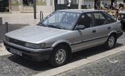 1280px-1988_Toyota_Corolla_1.3_GL_Liftback_(EE90),_front_left.jpg